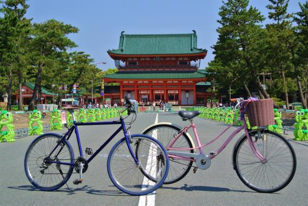 平安神宮正面の道は歩行者と自転車限定