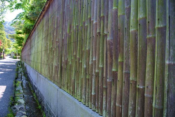 瓦屋根のある竹の塀