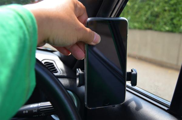 ガラスに当たってしまいiPhone6Plusが取り付けられない