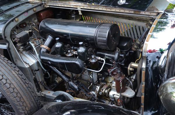 ボンネットを開けてベントレーのエンジンを見せてくださりました。